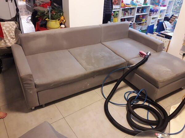 ניקוי ספה עם מכונה מתקדמת